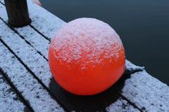 Bola vermelha pouco porto Dinamarca fotos de stock