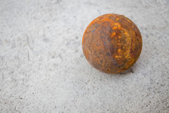 Bola vieja del petanque en piso del cemento Fotos de archivo