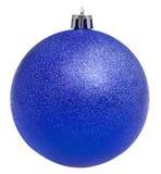 Bola violeta de Navidad aislada en blanco Imagenes de archivo