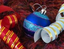 Bola y cinta azules de la Navidad Imágenes de archivo libres de regalías