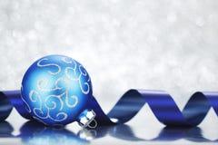 Bola y cinta de la Navidad Imagen de archivo libre de regalías