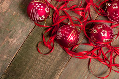 Bola y cintas rojas de la Navidad en fondo de madera Invitación del Año Nuevo Capítulo Visión superior Copie el espacio Foto de archivo libre de regalías
