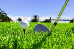 Bola y clubs de golf imagen de archivo libre de regalías