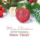 Bola y decoración rojas, foco selectivo de la Navidad, aislado Fotos de archivo