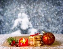 Bola y galletas de la Navidad aisladas Fotos de archivo libres de regalías