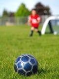 Bola y jugadores azules de fútbol Imágenes de archivo libres de regalías