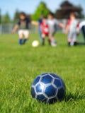 Bola y jugadores azules de fútbol Fotografía de archivo libre de regalías