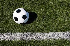 Bola y línea fronteriza de fútbol imágenes de archivo libres de regalías
