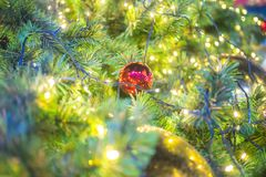 Bola y luz de la Navidad en árbol de los chrishmas imagenes de archivo
