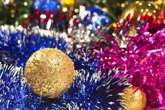 Bola y oropel de oro de la Navidad foto de archivo libre de regalías
