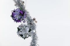 Bola y plata azules de la decoración del árbol de navidad en el fondo blanco aislado imagen de archivo libre de regalías