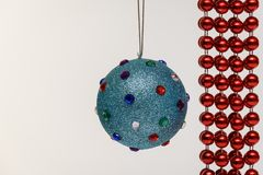 Bola y plata azules de la decoración del árbol de navidad en el fondo blanco aislado imágenes de archivo libres de regalías