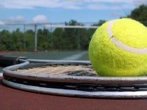 Bola y raqueta Foto de archivo libre de regalías