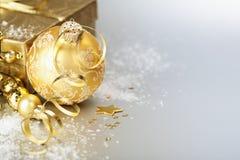 Bola y regalo de la Navidad del oro Imagenes de archivo