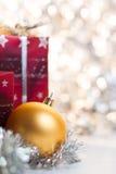 Bola y regalos de la Navidad en fondo ligero Fotografía de archivo