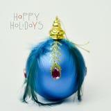 Bola y texto elegantes de la Navidad buenas fiestas Imagen de archivo libre de regalías