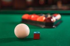 Bola y tiza en la tabla de billar Fotos de archivo