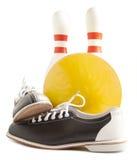Bola, zapatos de bolos y contacto de bolos Foto de archivo
