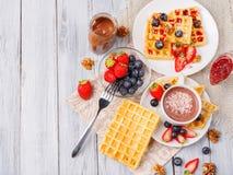 Bolachas com frutos e bagas em uma tabela do close-up fotografia de stock