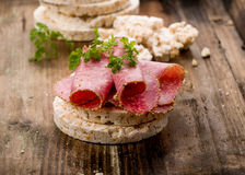 Bolachas do arroz com salame Fotos de Stock Royalty Free