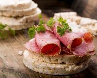Bolachas do arroz com salame Foto de Stock