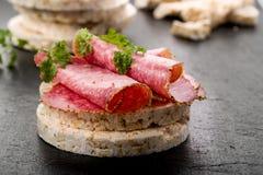 Bolachas do arroz com salame Imagens de Stock Royalty Free