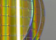 Bolachas e microcircuitos de silicone - uma bolacha é uma fatia fina de material do semicondutor, tal como um silicone cristalino imagens de stock royalty free