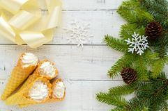Bolachas friáveis do mel sob a forma dos cones Fotos de Stock Royalty Free