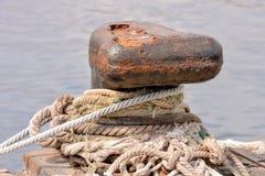 Bolard arrugginito di attracco del metallo per la grande nave fotografie stock