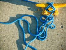 Bolardo del amarre con la cuerda en el embarcadero por el mar fotos de archivo libres de regalías