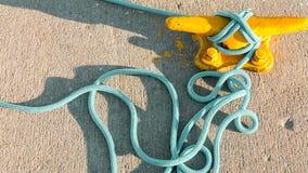 Bolardo del amarre con la cuerda en el embarcadero por el mar fotos de archivo