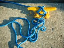 Bolardo del amarre con la cuerda en el embarcadero por el mar fotografía de archivo