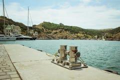 Bolardo del amarre, entrelazado con la cuerda del amarre en el puerto en la bahía fotos de archivo libres de regalías
