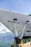 Bolardo negro con las cuerdas al barco de cruceros Imagen de archivo