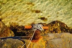 Bolardo que amarra oxidado viejo con la cuerda imagen de archivo libre de regalías