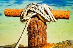 Bolardo que amarra oxidado viejo con la cuerda imágenes de archivo libres de regalías
