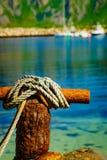 Bolardo que amarra oxidado viejo con la cuerda foto de archivo libre de regalías