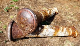 Bolardo viejo inutilizable oxidado del muelle en la tierra fotografía de archivo libre de regalías