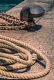 Bolardo y cuerda Imagenes de archivo