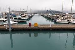 Bolardos coloridos en el paseo marítimo en el puerto del bote pequeño de Seward imágenes de archivo libres de regalías