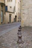 Bolardos del metal en una calle de piedra cobbled foto de archivo libre de regalías