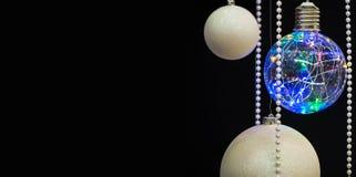 Bolas aisladas de la Navidad con las guirnaldas en un fondo negro para las tarjetas de Navidad, saludos, ejemplos del Año Nuevo Fotografía de archivo libre de regalías