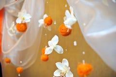 Bolas alaranjadas e flores brancas foto de stock royalty free