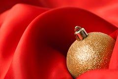 Bolas amarelas do Natal, envolvidas no pano Fotografia de Stock