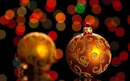 Bolas anaranjadas brillantes de la Navidad en fondo negro Fotos de archivo