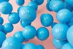 Bolas azuis, bolhas no fundo cor-de-rosa do pó Cores pastel punchy modernas Feche acima do tiro com reflexão brilhante Fotografia de Stock
