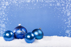 Bolas azuis do Natal na neve Foto de Stock Royalty Free