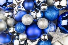 Bolas azuis e de prata do Natal para um fundo do Natal Imagens de Stock