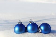 Bolas azuis na neve Fotografia de Stock Royalty Free