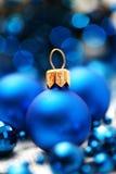 Bolas azules de la Navidad Imágenes de archivo libres de regalías